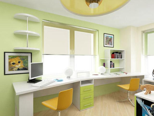 Компьютерные столы фото вдоль окна